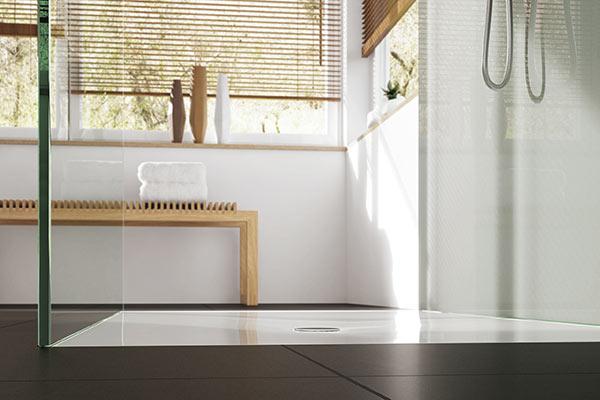 Bodenebene Dusche mit rahmenloser Glasabtrennung