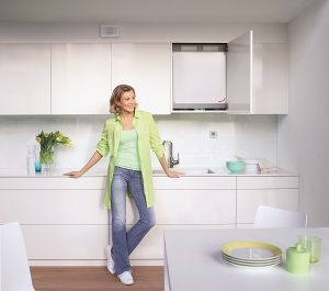 Eine moderne Lüftungsanlage passt in den Oberschrank der Einbauküche. Foto: Zehnder