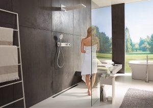 Ein Komfortbad mit begehbarer Dusche und einer großen Kopfbrause von Hansgrohe. Foto: Hansgrohe