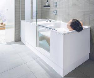 Eine Wanne mit Tür macht auch aus einem kleinen Bad ein Wohlfühlbad. Foto: Duravit